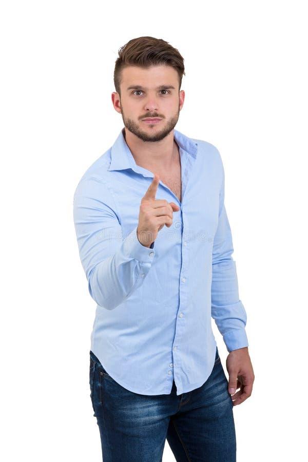 Hombre barbudo emocionado joven en camisa a cuadros que señala los fingeres en la cámara aislada en un fondo blanco fotografía de archivo