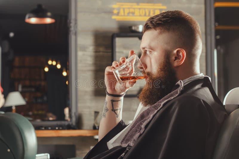 Hombre barbudo en barbería imagen de archivo libre de regalías