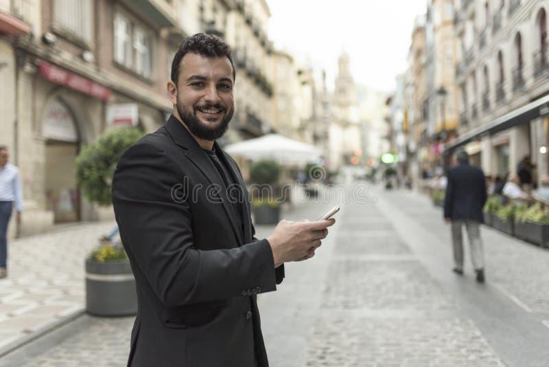 Hombre barbudo en el teléfono foto de archivo libre de regalías
