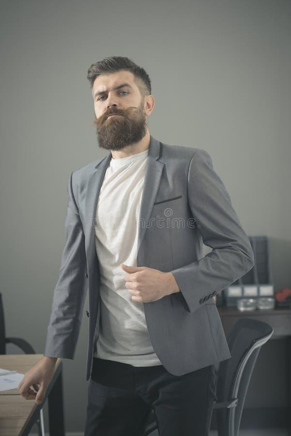 Hombre barbudo en traje casual en oficina Hombre con la barba y bigote en cara seria Hombre de negocios confiado en el trabajo fotos de archivo libres de regalías