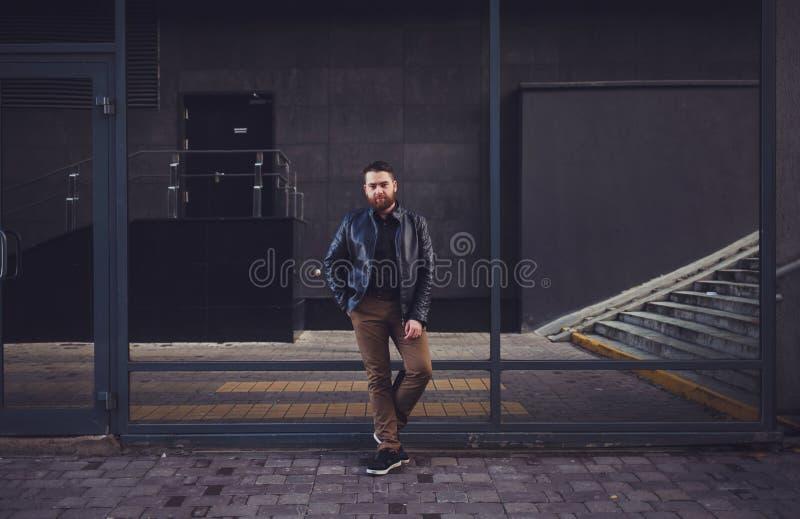 Hombre barbudo en una chaqueta de cuero fotografía de archivo