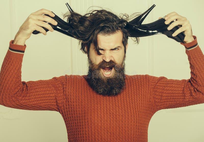 Hombre barbudo enojado con los zapatos fotos de archivo