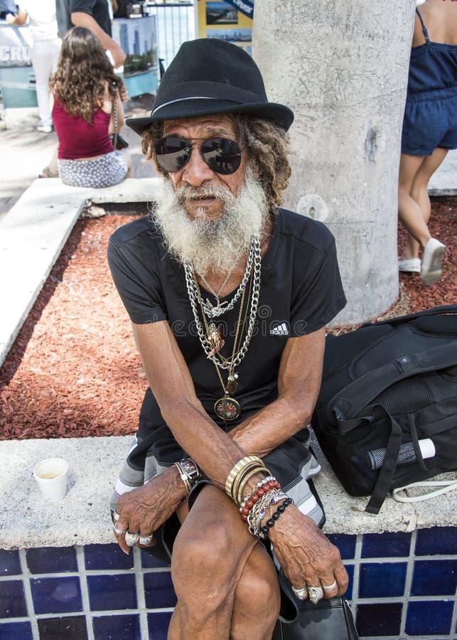 Hombre barbudo gris foto de archivo