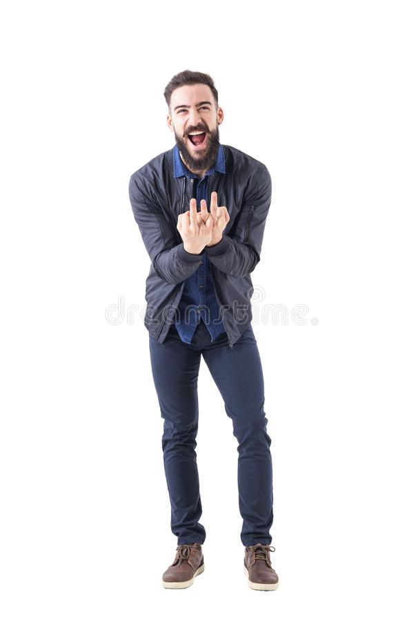 Hombre barbudo grosero que muestra a dedo medio triple gesto obsceno en la cámara imagen de archivo
