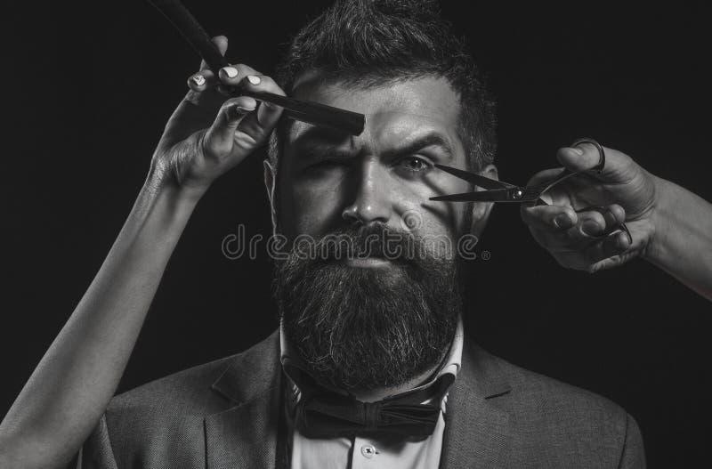 Hombre barbudo hermoso con el bigote largo de la barba Tijeras del peluquero Barba larga Hombre barbudo, barba enorme, hermosa In imagen de archivo