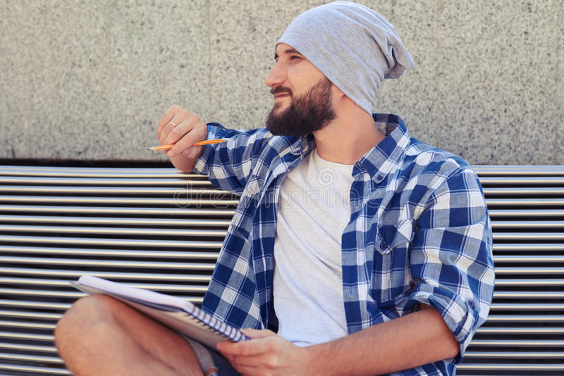 Hombre barbudo hermoso con el cuaderno imagen de archivo