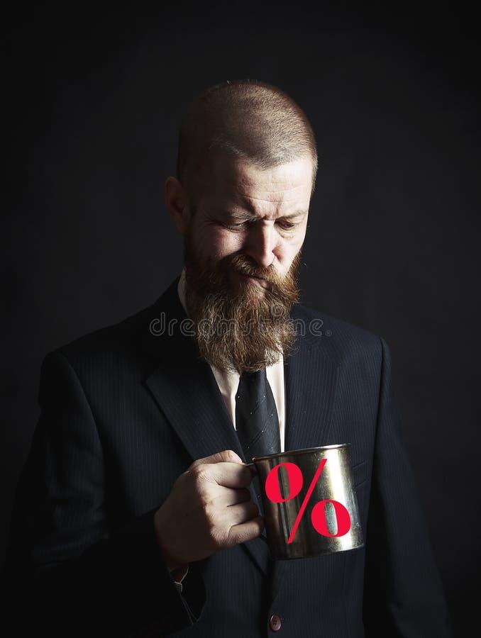Hombre barbudo hermoso con la barba elegante del pelo y bigote en cara seria en la camisa que sostiene la taza blanca imágenes de archivo libres de regalías