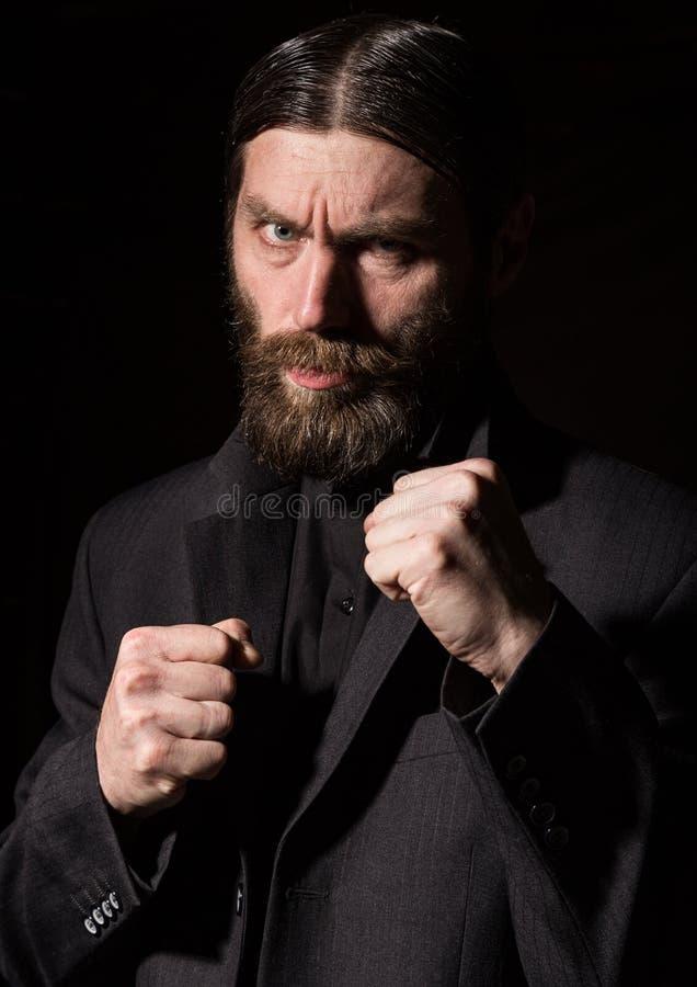 Hombre barbudo hermoso del vintage hombre severo en un fondo oscuro Espacio libre para su texto foto de archivo
