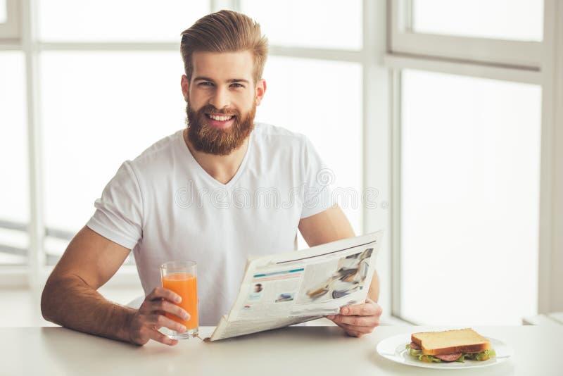 Hombre barbudo hermoso en casa imagenes de archivo