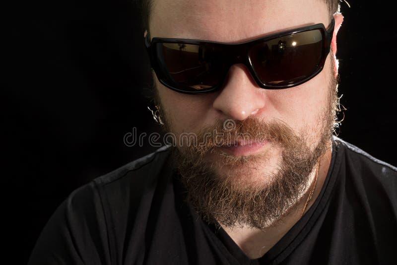 Hombre barbudo hermoso en gafas de sol fotografía de archivo
