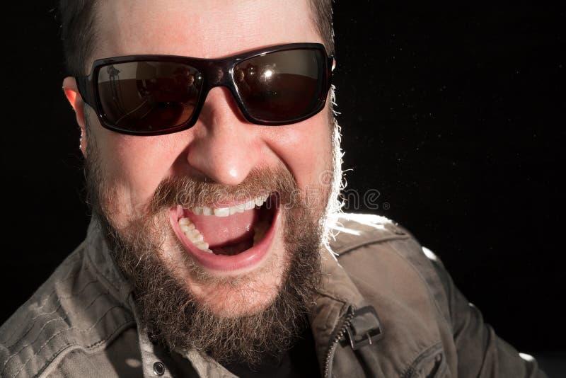 Hombre barbudo hermoso en retrato emocional de las gafas de sol foto de archivo libre de regalías