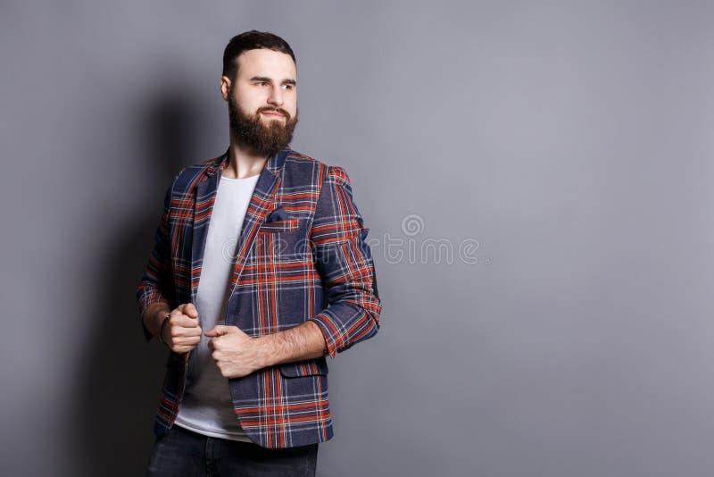 Hombre barbudo hermoso que mira lejos, espacio de la copia imagenes de archivo