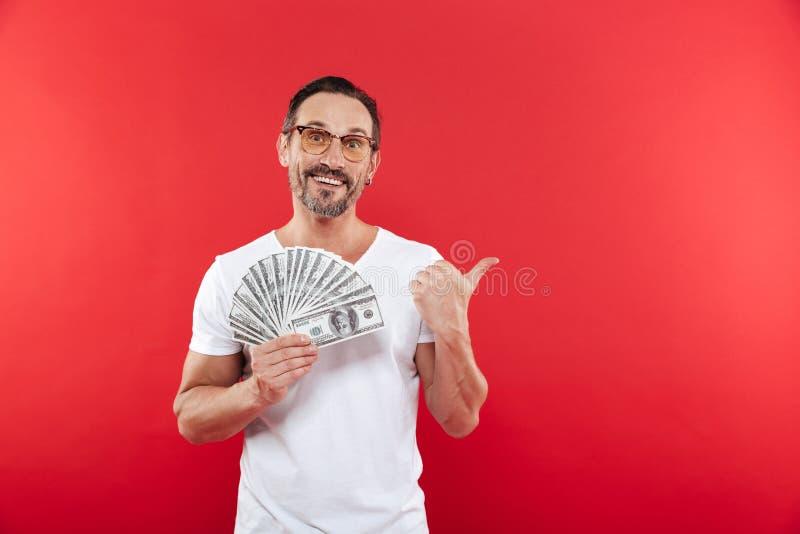 Hombre barbudo hermoso 30s en vidrios que llevan de la camiseta blanca casual foto de archivo