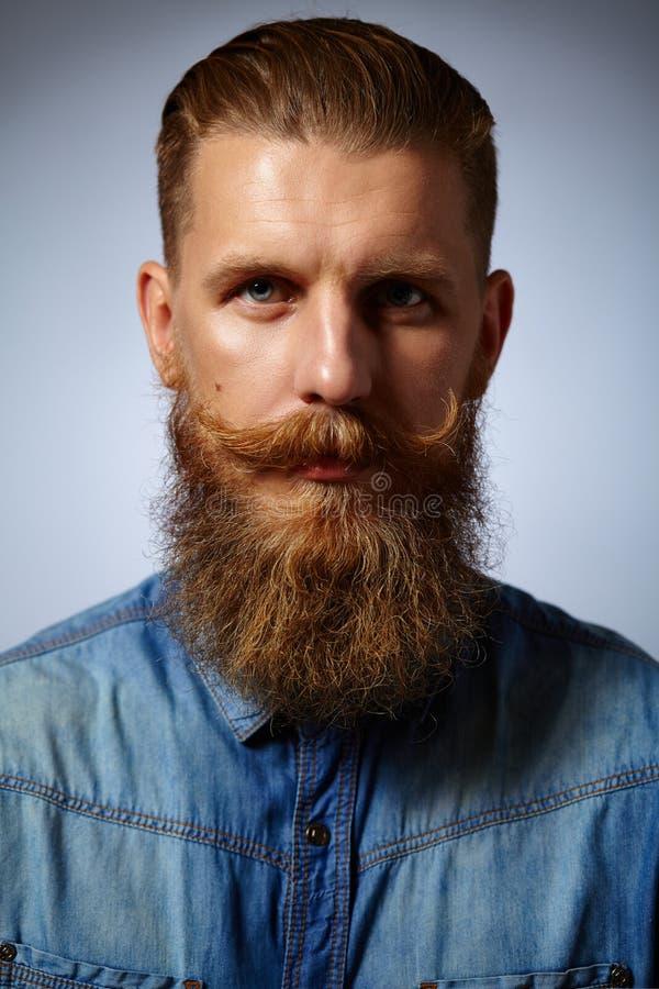 Hombre barbudo Hombre hermoso con una barba y un bigote girado imagen de archivo libre de regalías