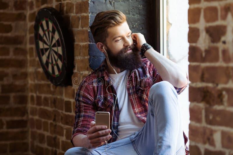 Hombre barbudo joven elegante foto de archivo libre de regalías