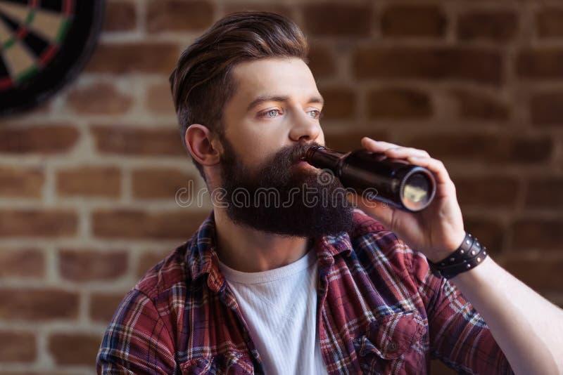 Hombre barbudo joven elegante fotos de archivo libres de regalías