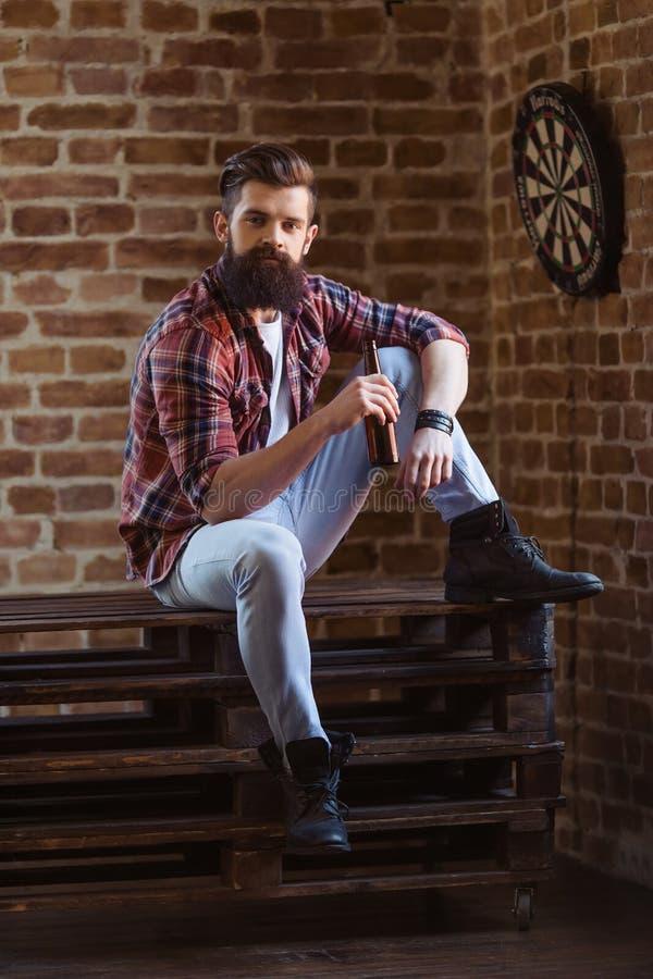 Hombre barbudo joven elegante imágenes de archivo libres de regalías