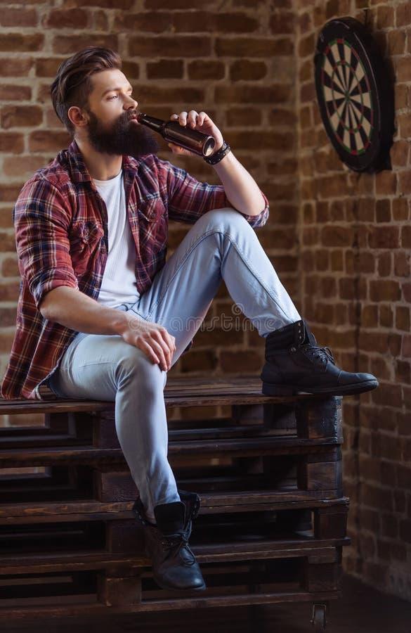 Hombre barbudo joven elegante imagenes de archivo