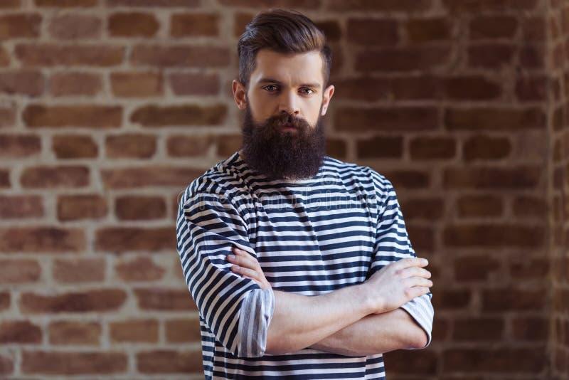 Hombre barbudo joven elegante fotos de archivo