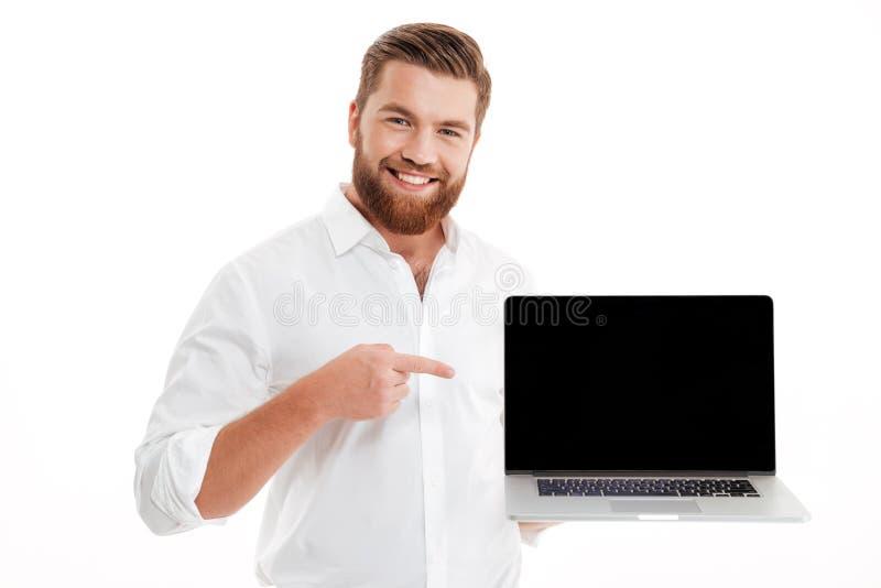 Hombre barbudo joven sonriente que señala el finger fotos de archivo libres de regalías