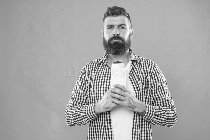 Hombre barbudo Pelo facial y el afeitar Elegir el acondicionador del champ? y de pelo Cuidado del pelo y de la barba Manera mascu fotos de archivo