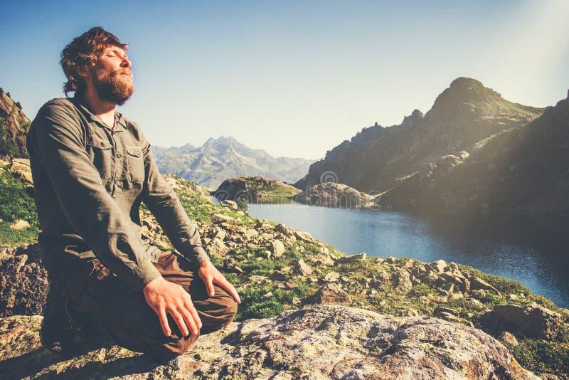 Hombre barbudo que se relaja solamente con concepto de la forma de vida del viaje de la naturaleza fotos de archivo libres de regalías