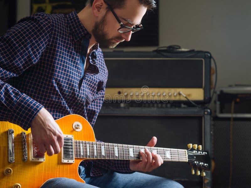 Hombre barbudo que toca la guitarra imagen de archivo libre de regalías
