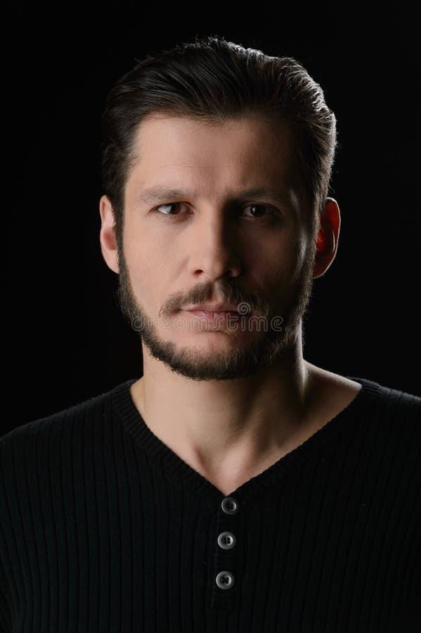 Hombre barbudo. Retrato del hombre barbudo que mira la cámara mientras que ISO foto de archivo libre de regalías