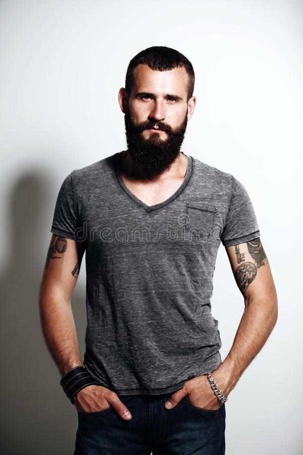 Hombre barbudo tatuado fotografía de archivo libre de regalías