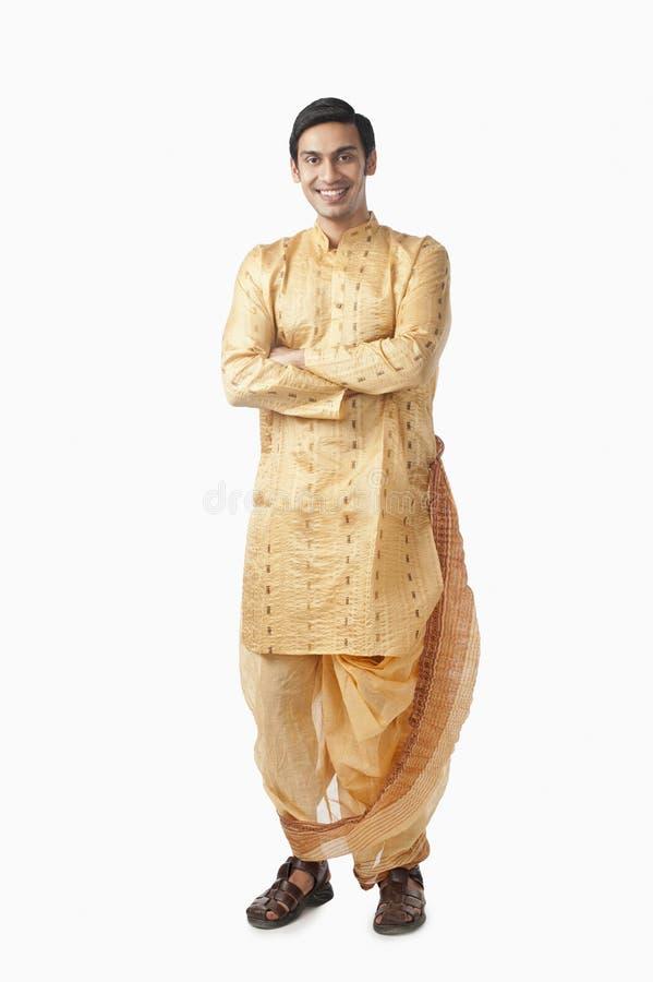 Hombre bengalí que se coloca con sus brazos cruzados y la sonrisa imagenes de archivo