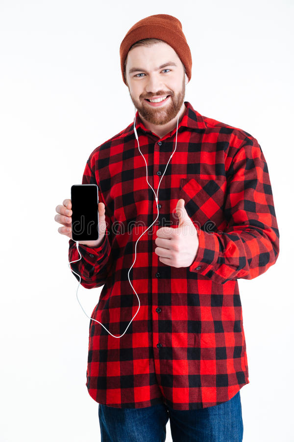 Hombre berded hermoso sonriente que celebra el móvil y mostrar gesto aceptable imágenes de archivo libres de regalías