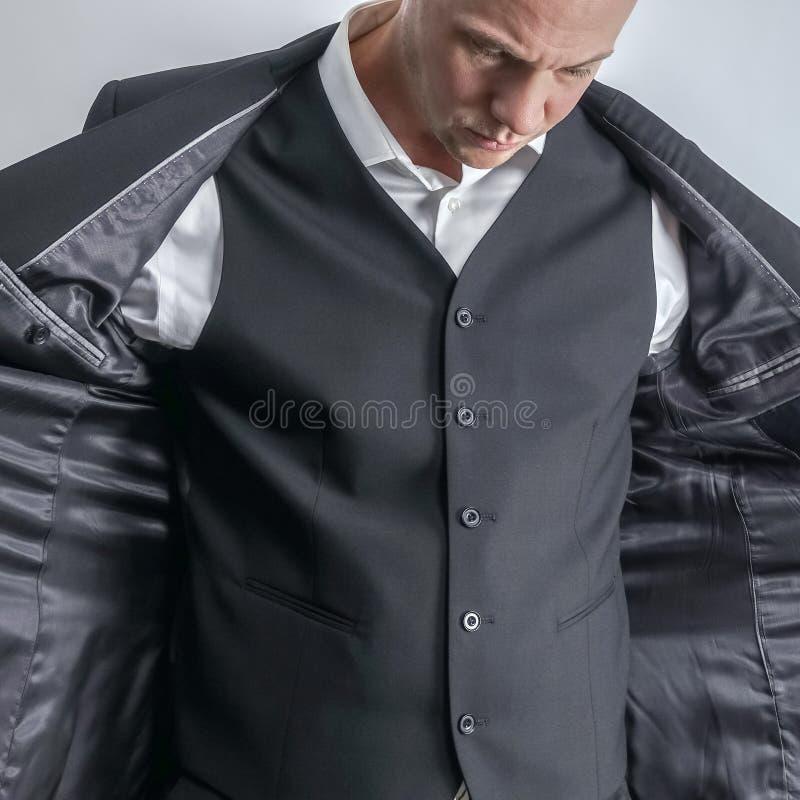 Hombre bien vestido en la camisa blanca y el chaleco negro del traje imagenes de archivo