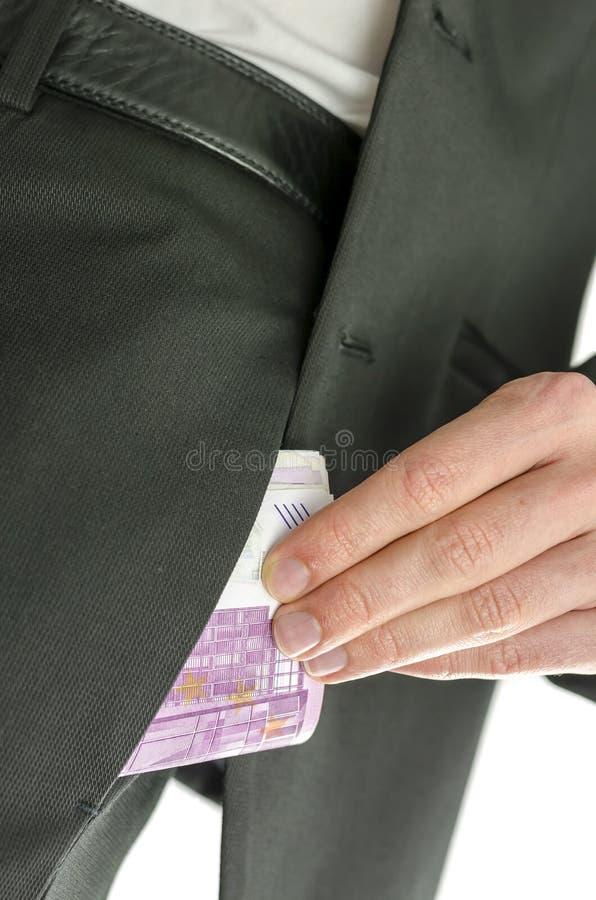 Sirva poner 500 billetes de banco euro en su bolsillo fotos de archivo libres de regalías