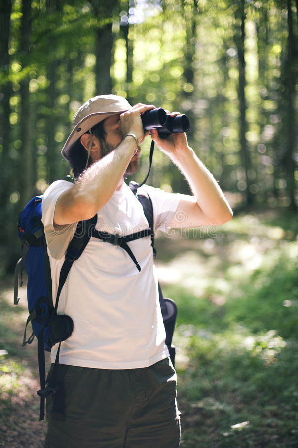 Hombre birdwatching imagen de archivo libre de regalías