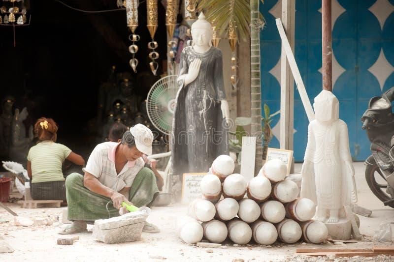 Hombre birmano que talla una estatua de mármol grande de Buda imagen de archivo