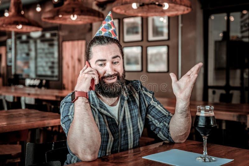 Hombre bithday feliz sonriente que llama a su amigo fotos de archivo libres de regalías