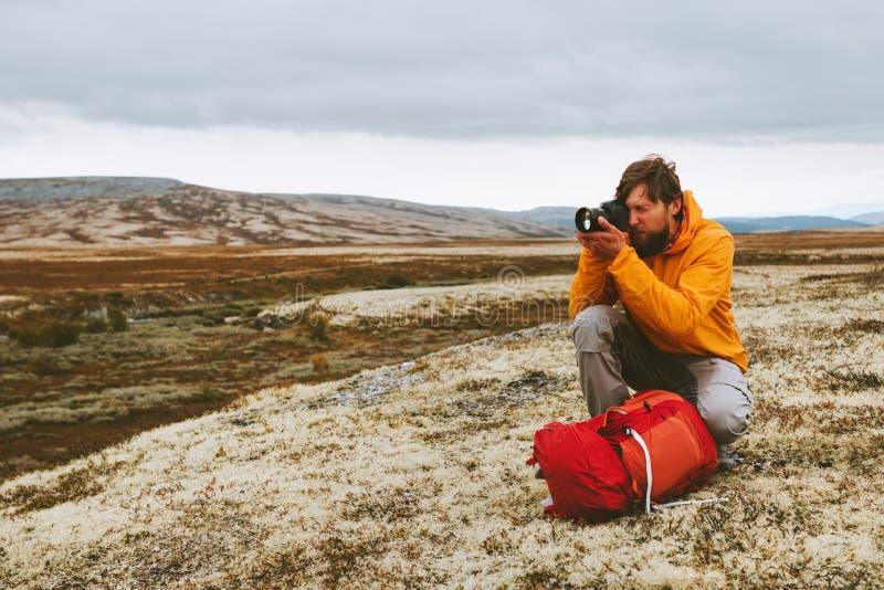 Hombre blogger con fotógrafo de viaje con cámara fotográfica fotografía de archivo libre de regalías