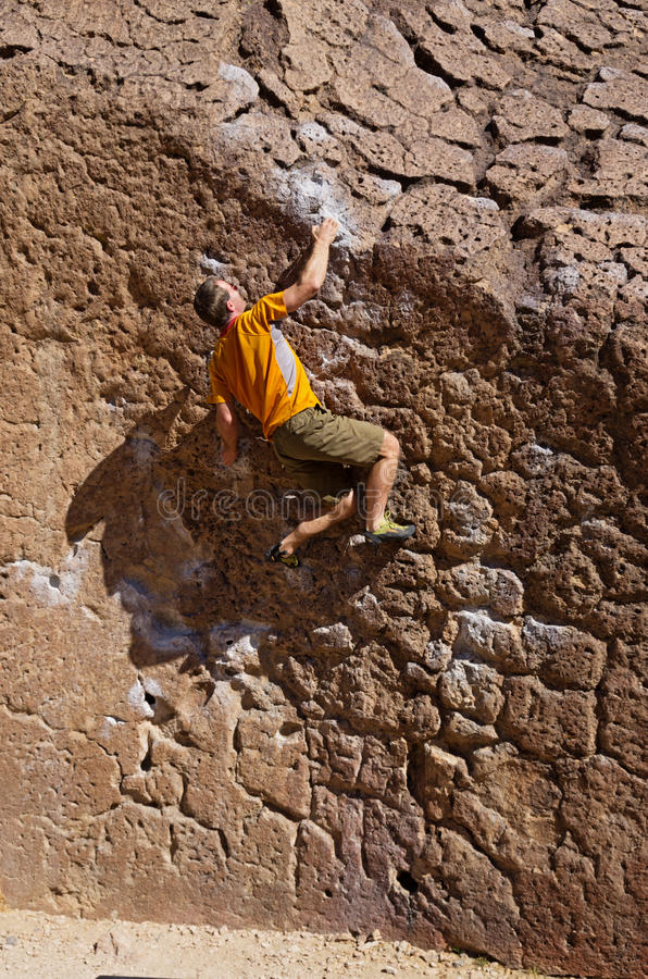 Hombre Bouldering fotografía de archivo libre de regalías