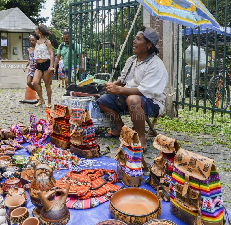 Hombre brasileño indígena que vende artes y artes en una calle marcha imágenes de archivo libres de regalías