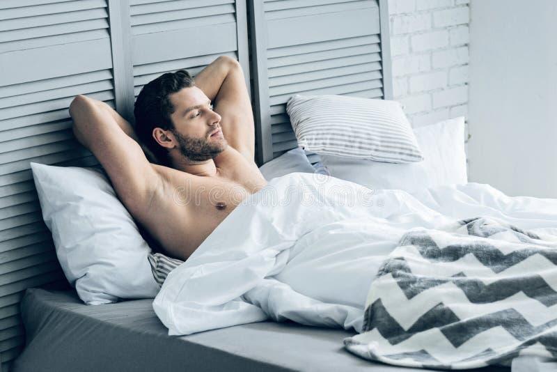 Hombre brutal atractivo que disfruta de su mañana imagen de archivo libre de regalías