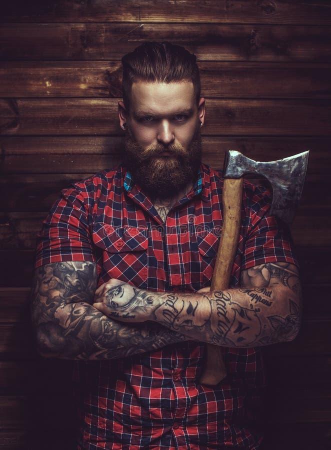 Hombre brutal con la barba y el tattooe imagen de archivo libre de regalías