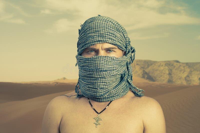 Hombre brutal en desierto imagenes de archivo