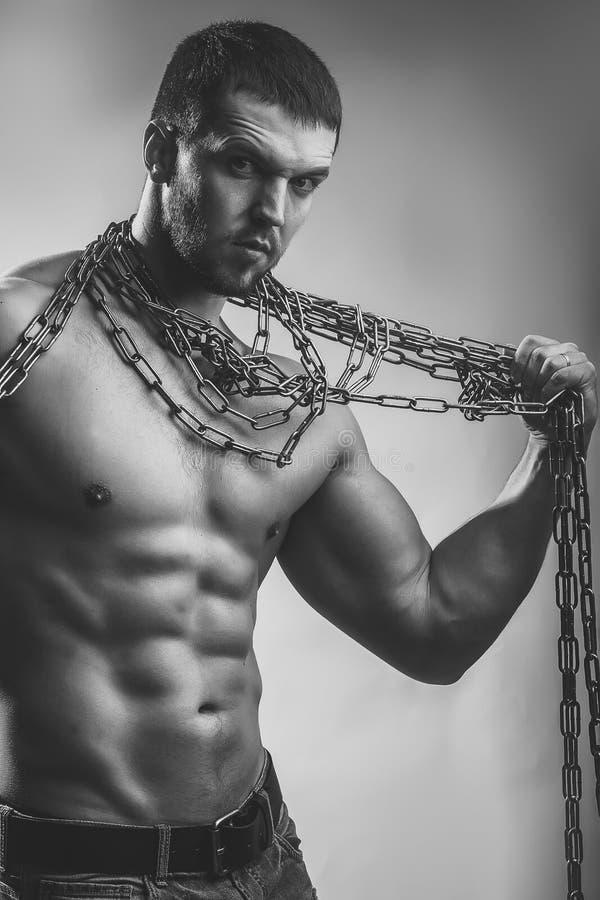 Hombre brutal muscular Hombre muscular con la cuerda fotografía de archivo libre de regalías