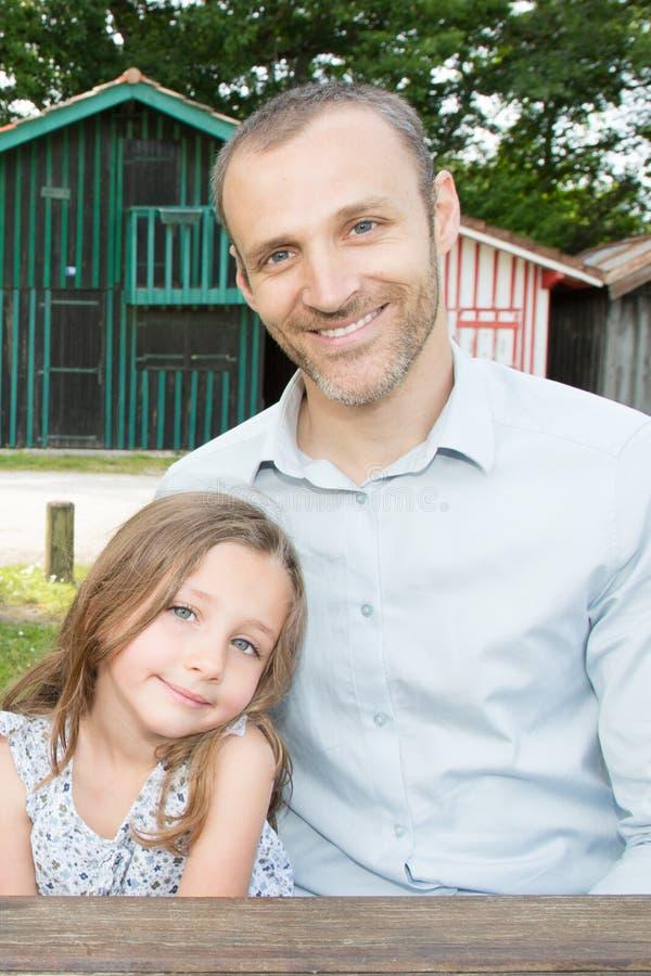 Hombre calvo del youg al aire libre con belleza bastante joven de la muchacha de la hija foto de archivo libre de regalías