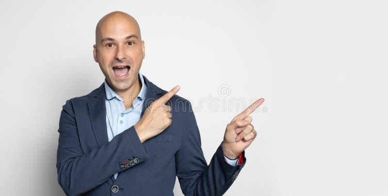 Hombre calvo emocionado feliz que señala los fingeres imagen de archivo libre de regalías