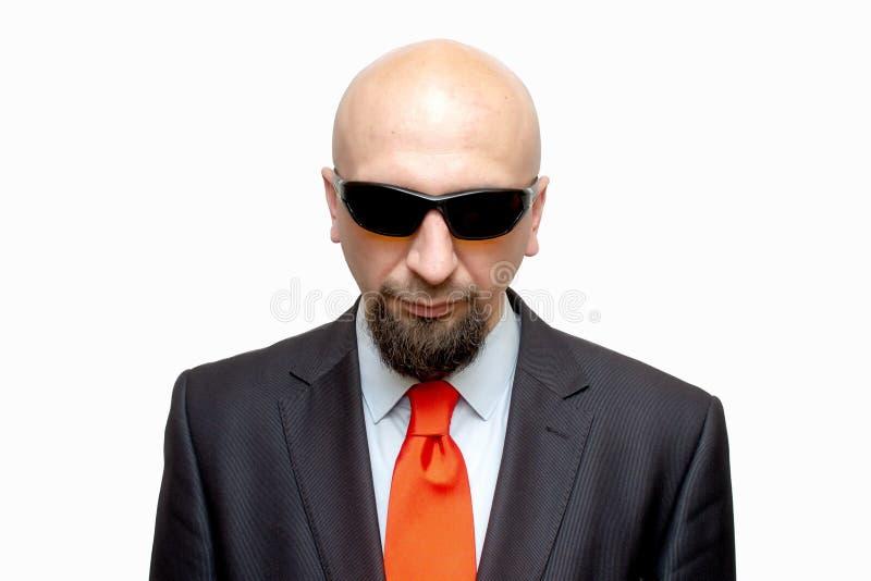 Hombre calvo en vidrios oscuros en el fondo blanco, aislante, agente especial, espía fotografía de archivo libre de regalías