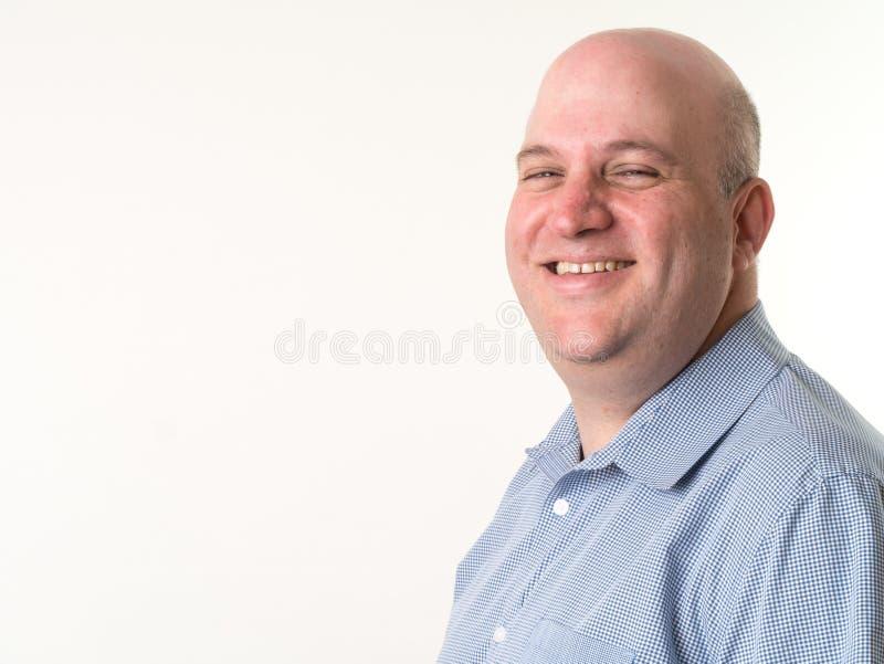 Hombre calvo envejecido medio sonriente foto de archivo libre de regalías