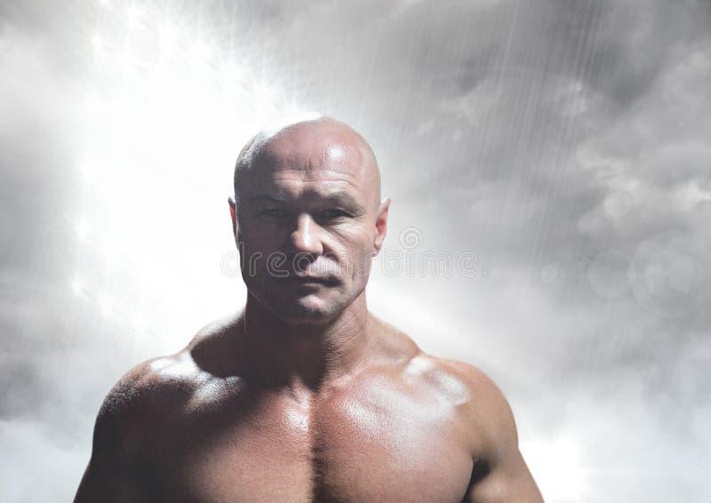 Hombre calvo fuerte en luz gris fotografía de archivo libre de regalías