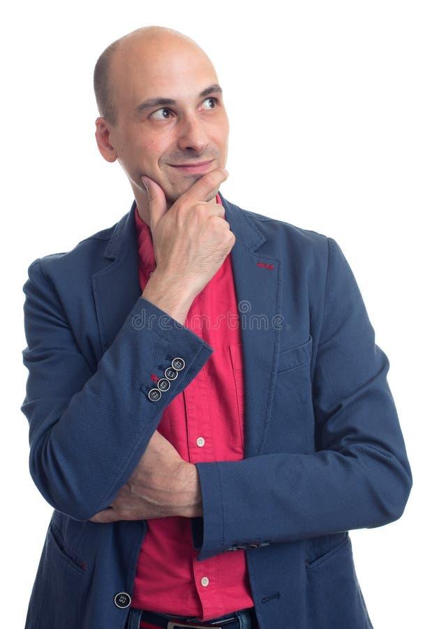 Hombre calvo que lleva la ropa casual Pensamiento y mirada lejos imágenes de archivo libres de regalías