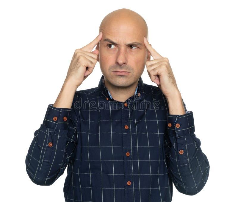 Hombre calvo serio que piensa en un problema foto de archivo